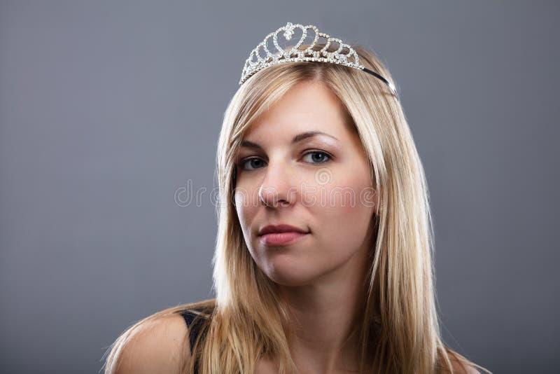 Ung kvinna med Tiara On Head arkivfoto