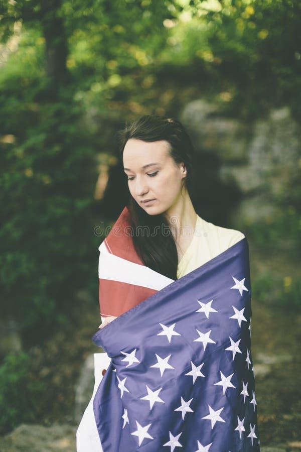 Ung kvinna med USA-flaggan royaltyfri fotografi