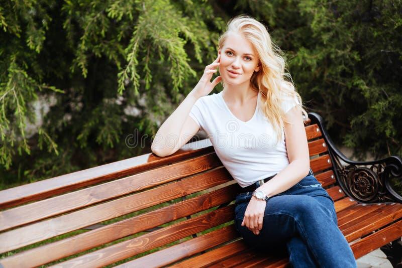 Ung kvinna, mot grön bakgrund arkivfoton