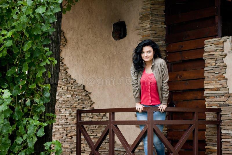 Ung kvinna nära dörren fotografering för bildbyråer