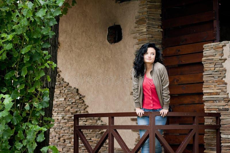 Ung kvinna nära dörren royaltyfri fotografi