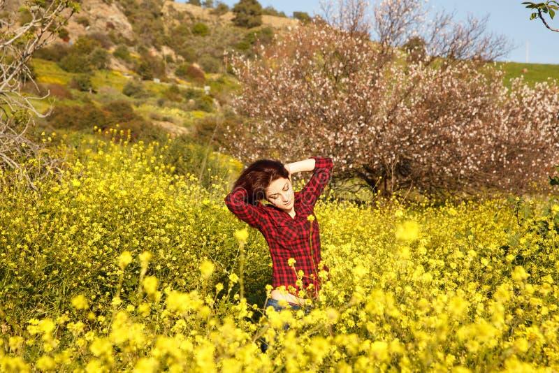 Ung kvinna och blommor royaltyfri fotografi