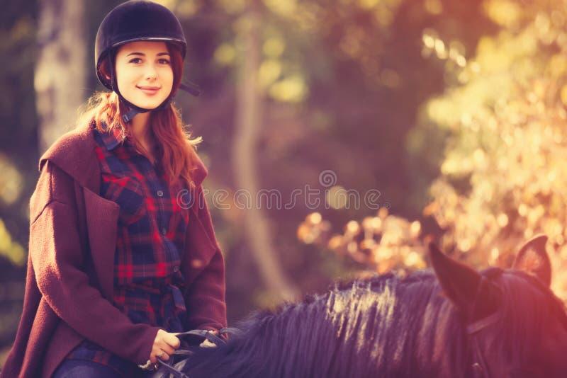 Ung kvinna och häst royaltyfria bilder