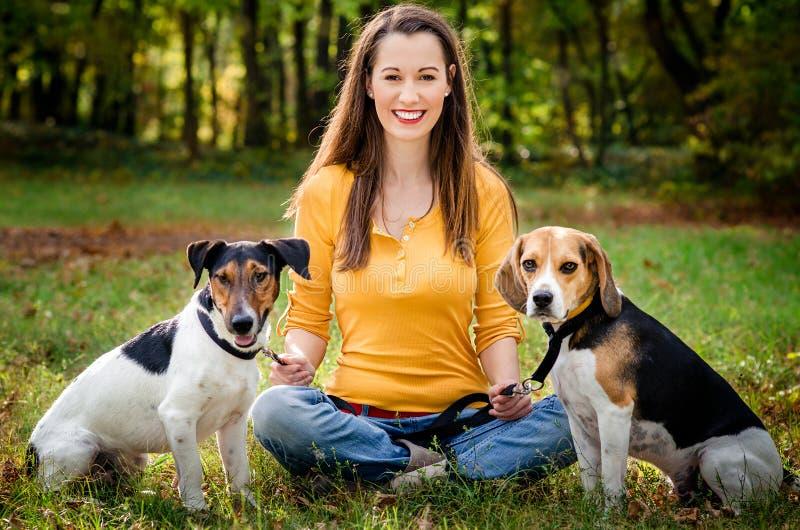 Ung kvinna och hans hundar royaltyfri fotografi