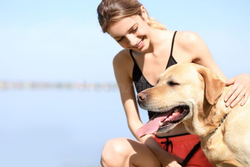 Ung kvinna och hennes hund som tillsammans spenderar tid arkivfoton