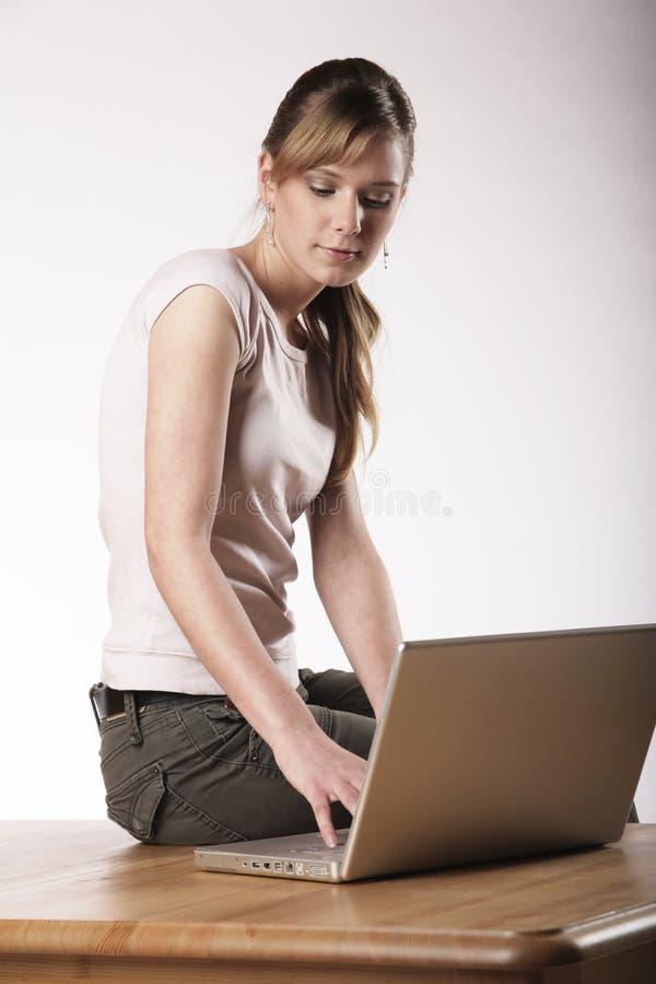 Ung kvinna på arbete fotografering för bildbyråer