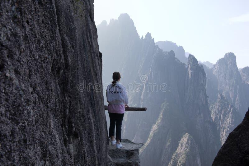 Ung kvinna på berget royaltyfri fotografi