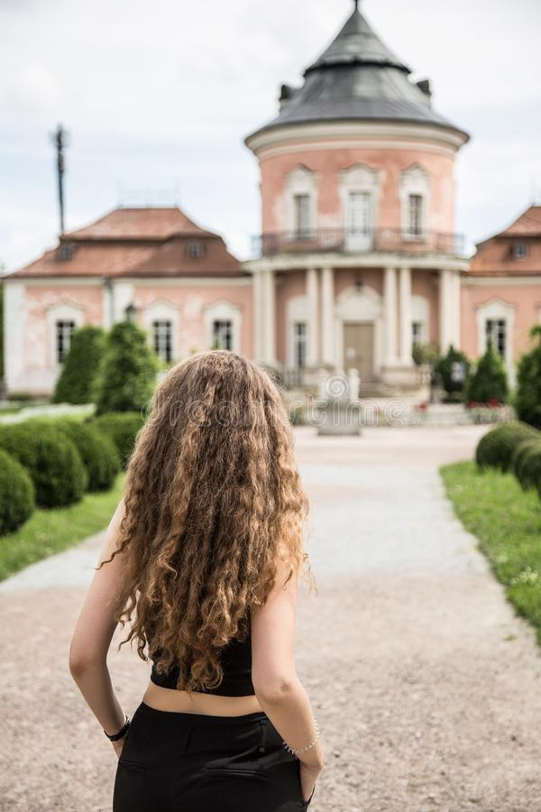 Ung kvinna på den forntida slotten royaltyfria foton