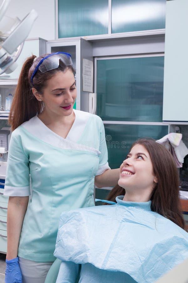 Ung kvinna på det tand- kontoret royaltyfri fotografi