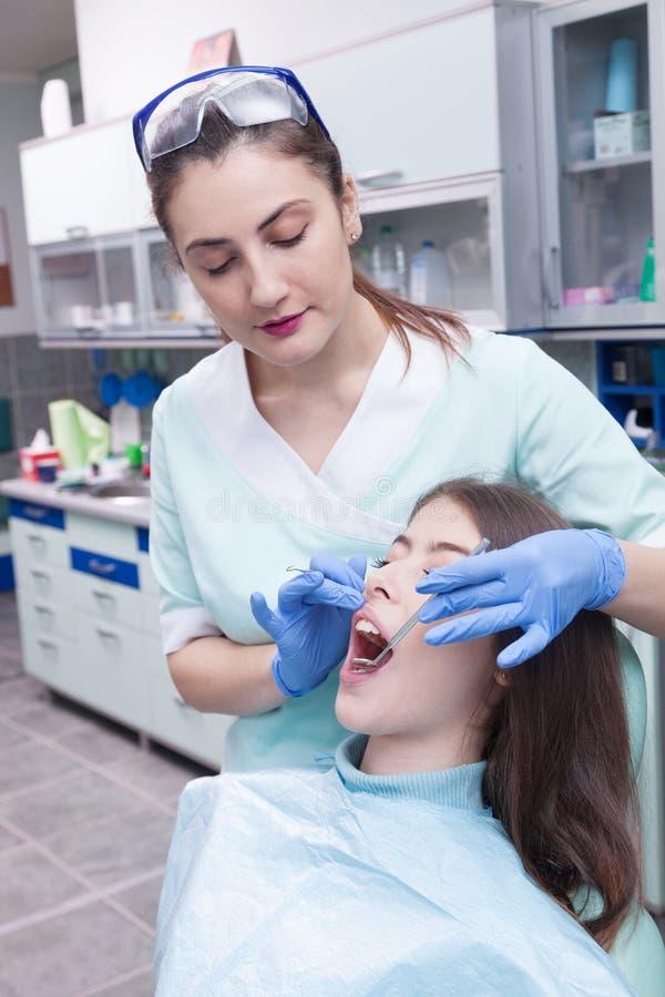 Ung kvinna på det tand- kontoret arkivfoto
