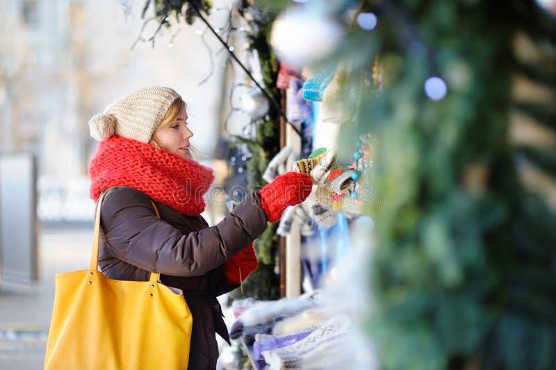 Ung kvinna på en julmarknad royaltyfri bild