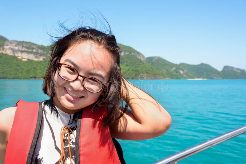 Ung kvinna på fartyget royaltyfri foto