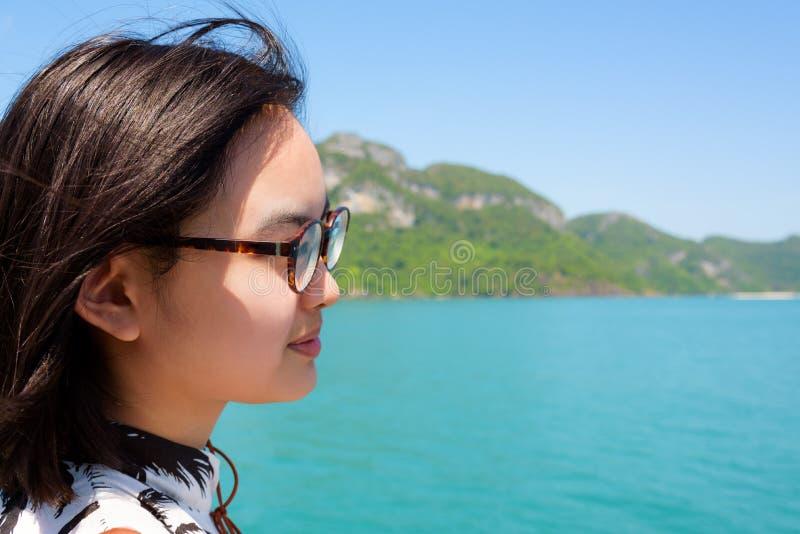 Ung kvinna på fartyget arkivfoton