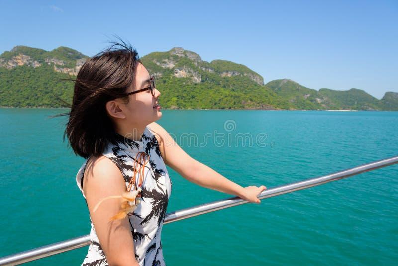 Ung kvinna på fartyget arkivbild