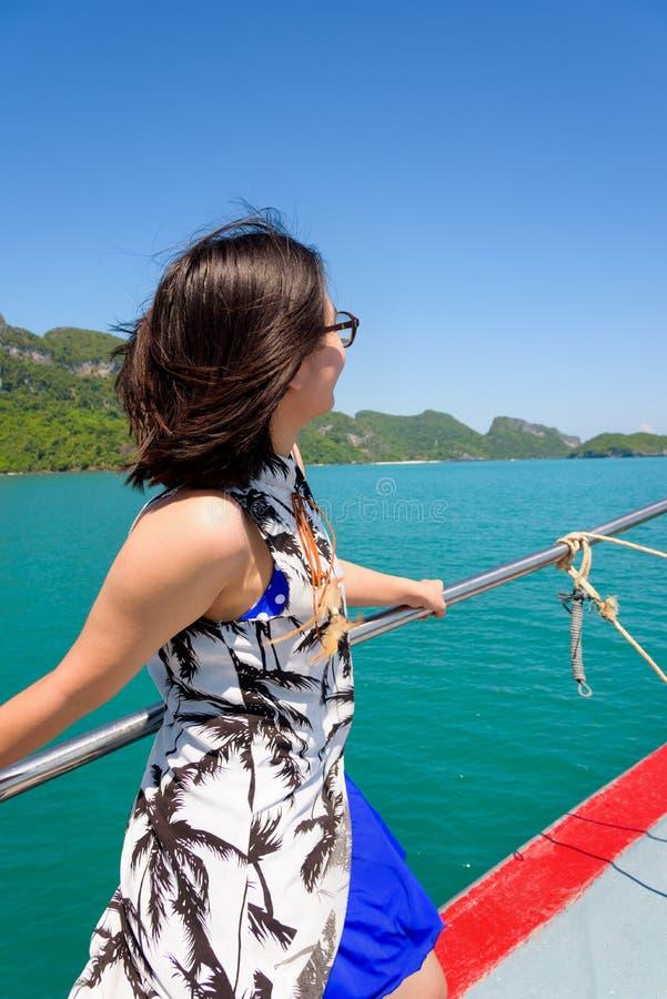 Ung kvinna på fartyget royaltyfri bild