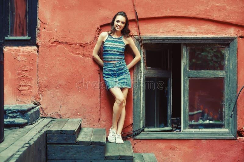 Ung kvinna på gatan av den gamla staden royaltyfri bild