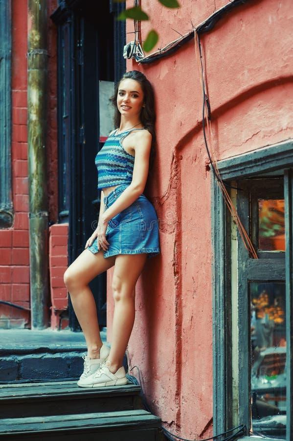 Ung kvinna på gatan av den gamla staden royaltyfri foto