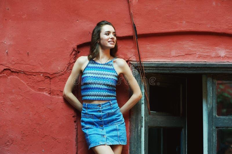 Ung kvinna på gatan av den gamla staden arkivbilder