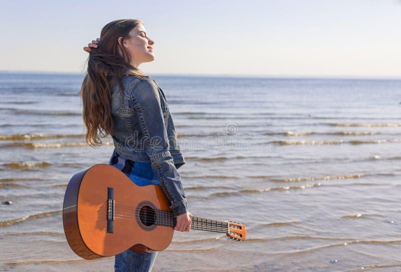 Ung kvinna på kusten royaltyfri fotografi