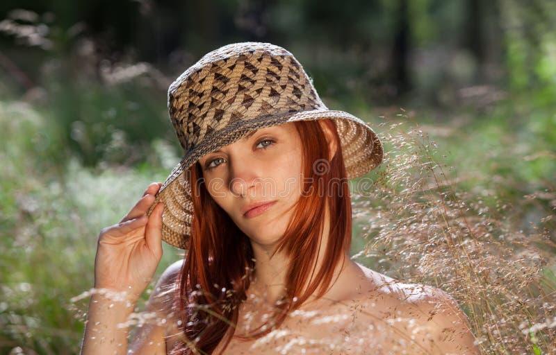 Ung kvinna på naturlig bakgrund royaltyfri bild