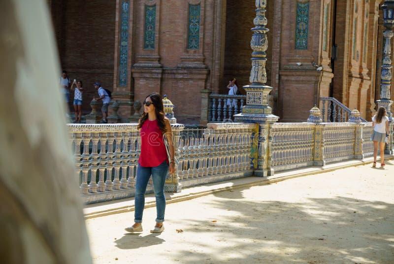 Ung kvinna på Plaza de España Sevilla i Spanien fotografering för bildbyråer