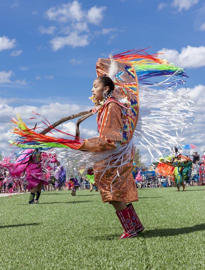 Ung kvinna på powwowceremoni arkivfoto