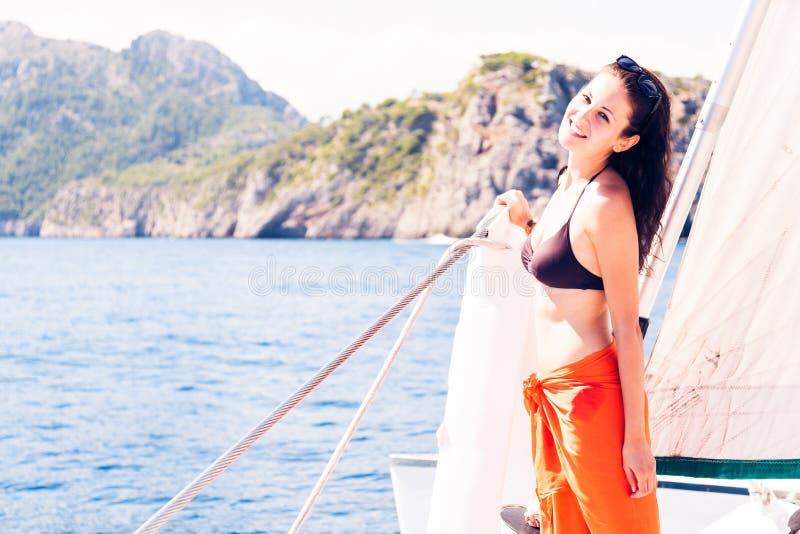 Ung kvinna på segelbåten royaltyfria bilder