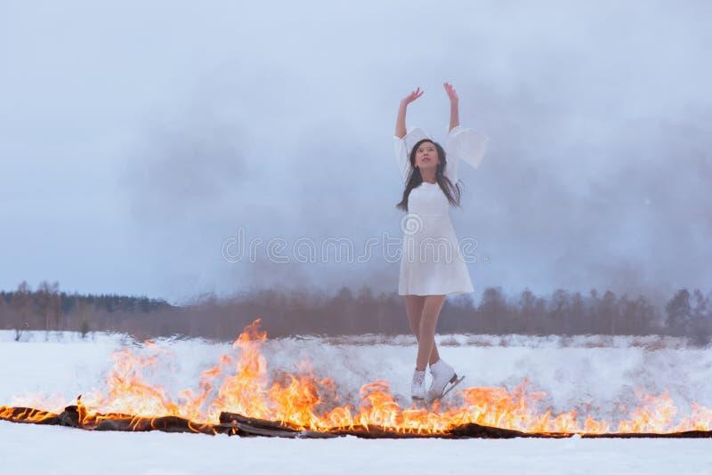 Ung kvinna på skridskor arkivfoto