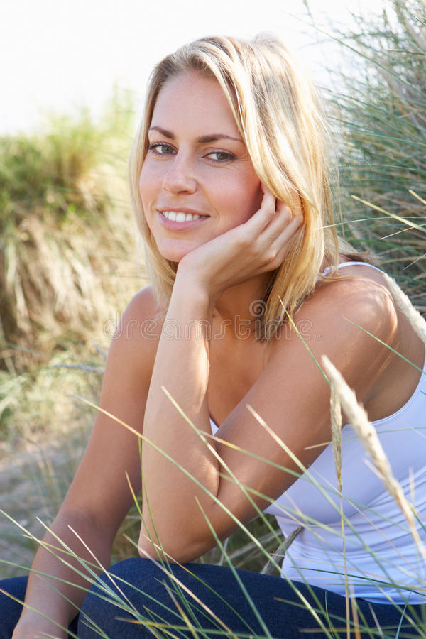 Ung kvinna på strand arkivfoton