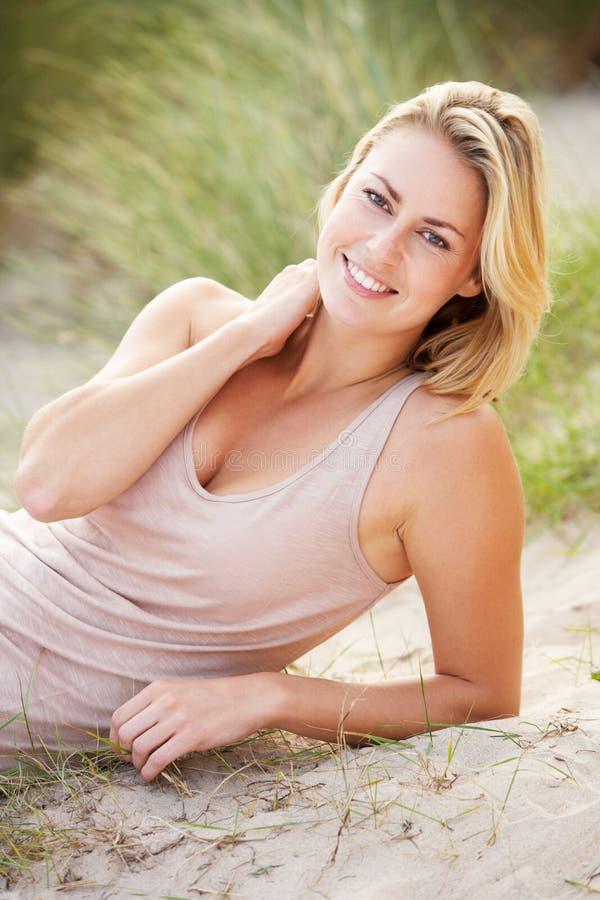 Ung kvinna på strand royaltyfri bild
