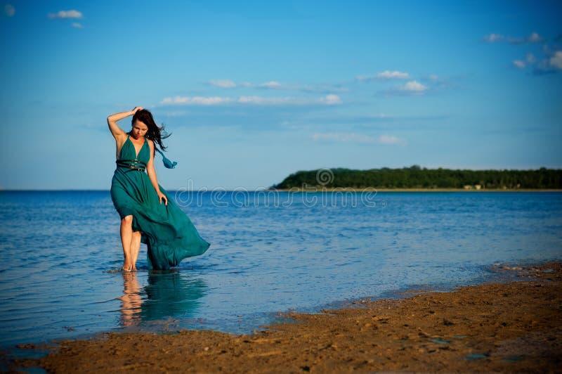 Ung kvinna på stranden