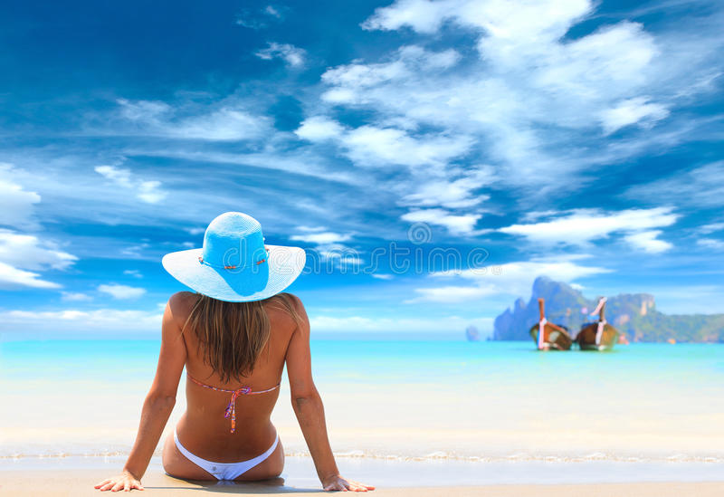 Ung kvinna på stranden royaltyfri foto