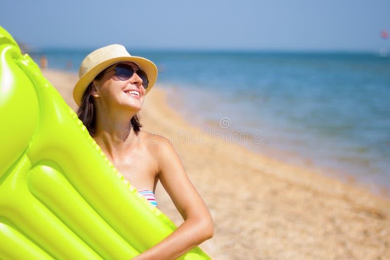 Ung kvinna på stranden arkivfoto