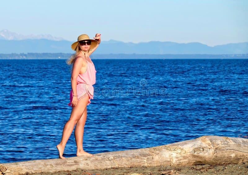 Ung kvinna på stranden vid havet royaltyfri foto