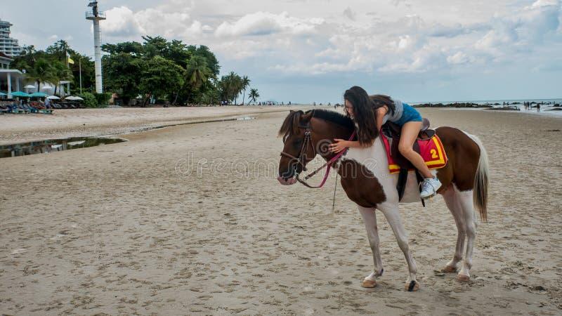 Ung kvinna på strandridninghästen Thailand arkivfoton