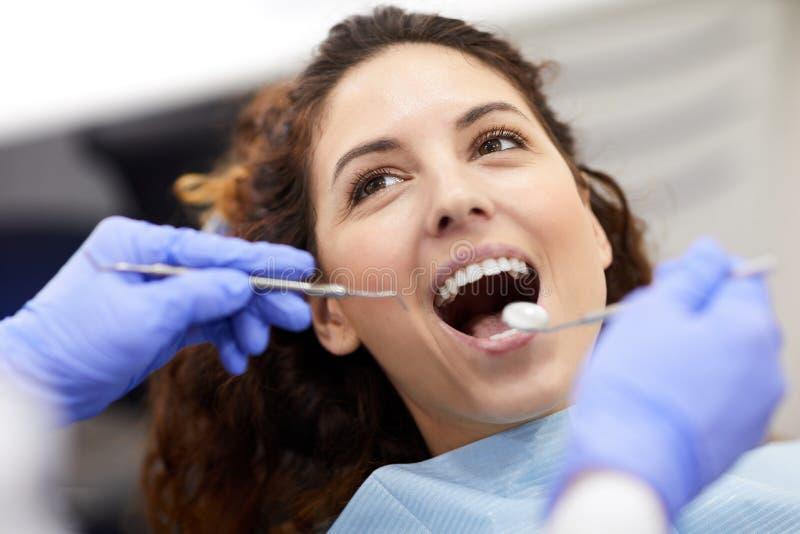 Ung kvinna på tand- examen arkivfoton