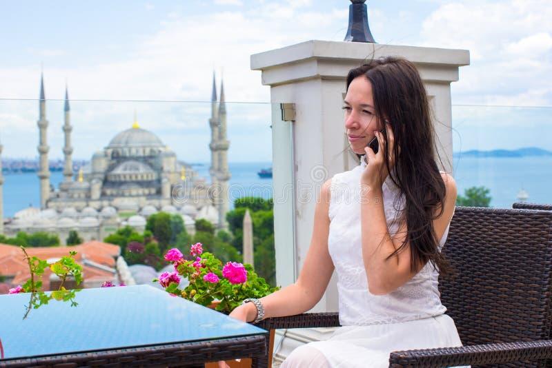 Ung kvinna på terrass med att bedöva sikt av royaltyfria bilder