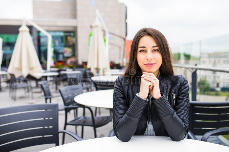 Ung kvinna på terrass med att bedöva sikten av staden arkivfoto