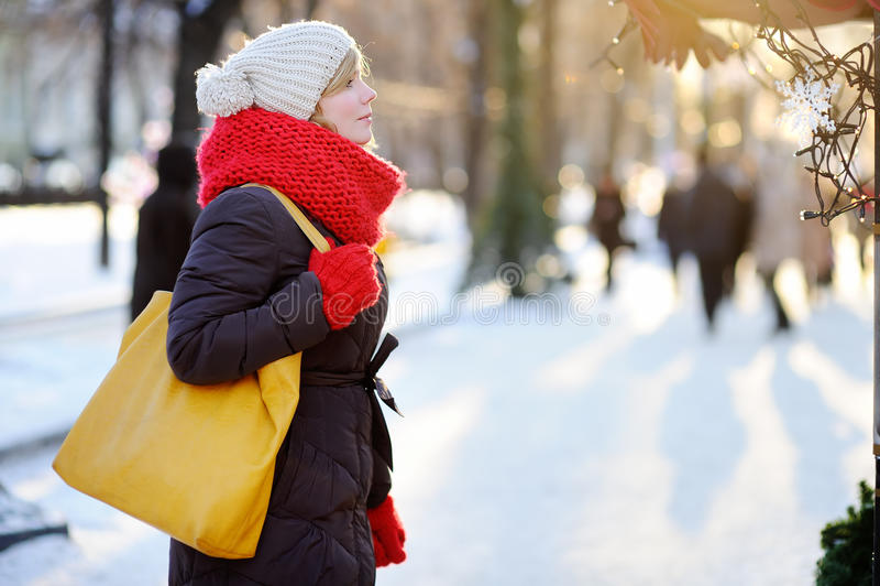 Ung kvinna på vinterstaden royaltyfri bild