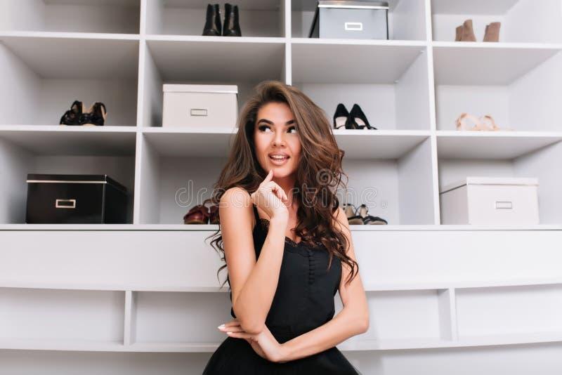 Ung kvinna runt om skor i trevlig garderob arkivbild