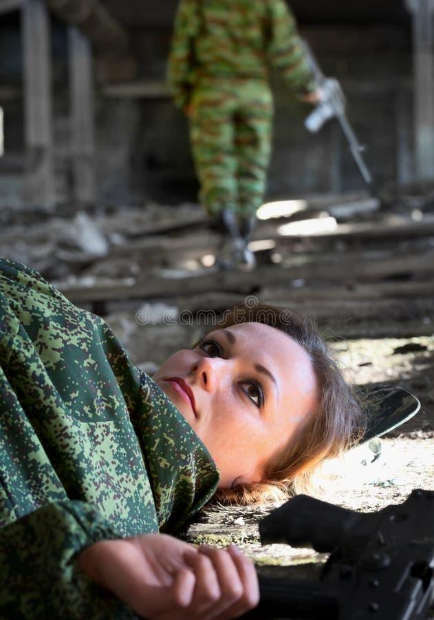 Ung kvinna - soldat som dödas i shootout royaltyfria bilder