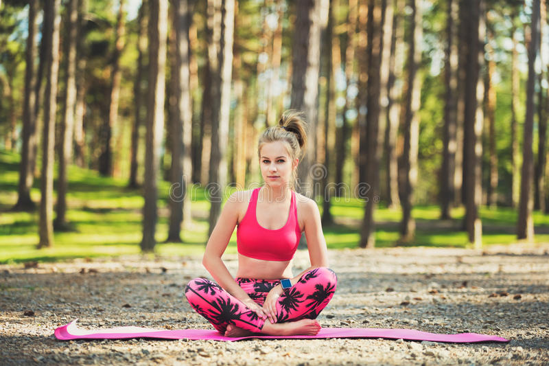 Ung kvinna som är klar att öva yoga i ett skogfrihetsbegrepp Koppla av, menings- och kropplycka royaltyfri bild