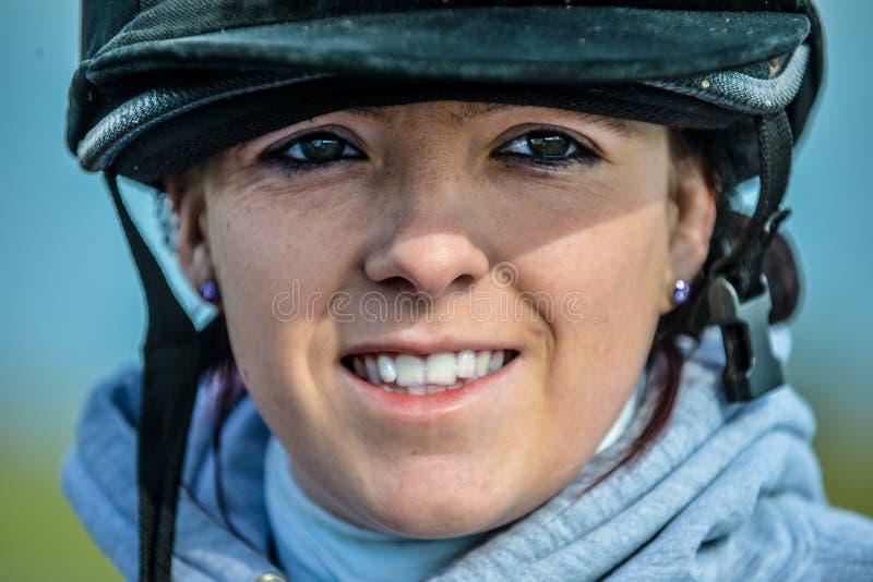 Ung kvinna som är klar att gå rida hennes häst royaltyfri bild