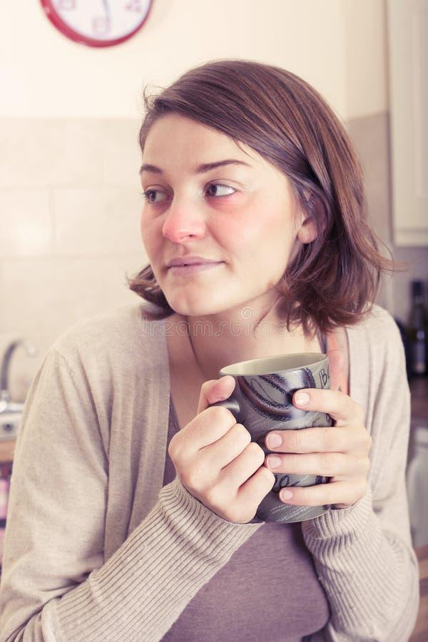 Ung kvinna som är sjuk med en förkylning arkivfoton