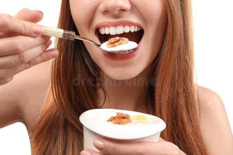 Ung kvinna som äter yoghurt, royaltyfri bild