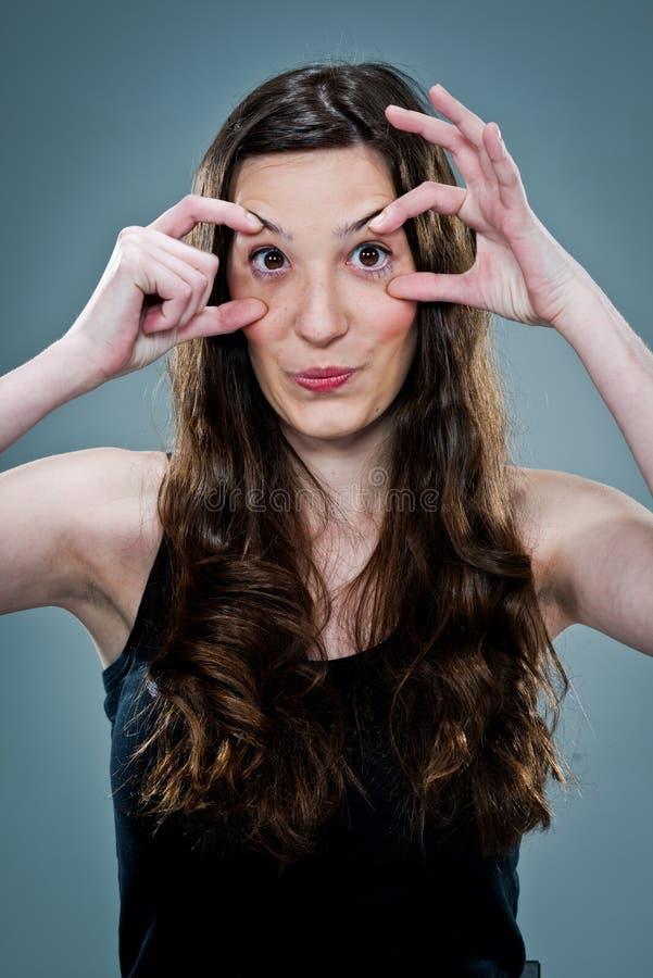 Ung kvinna som öppnar henne ögon arkivbild