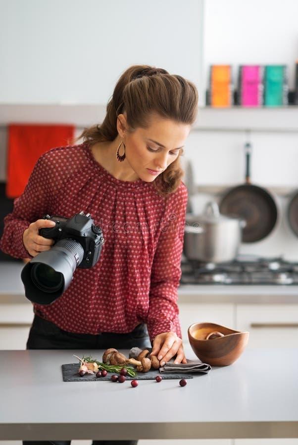 Ung kvinna som öva i matfotografi royaltyfri bild