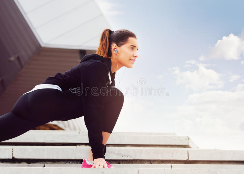Ung kvinna som övar i stads- miljö royaltyfria foton