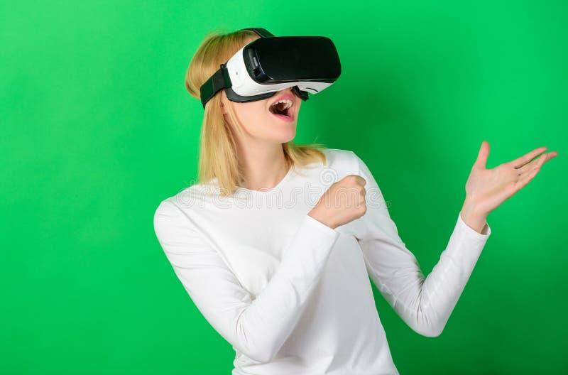 Ung kvinna som använder en virtuell verklighethörlurar med mikrofon med begreppsmässiga nätverkslinjer Kvinna som använder VR-app fotografering för bildbyråer