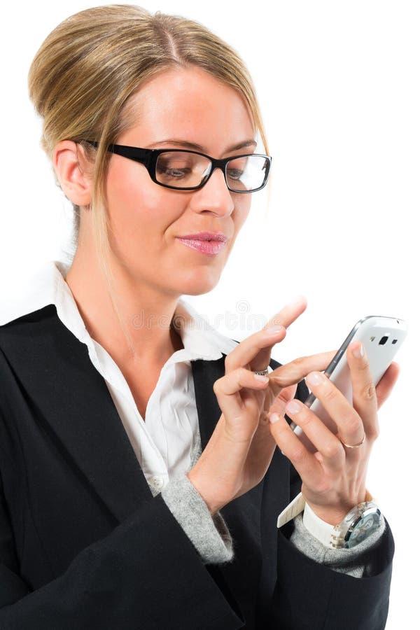 Ung kvinna som använder hennes mobiltelefon för att smsa royaltyfria bilder